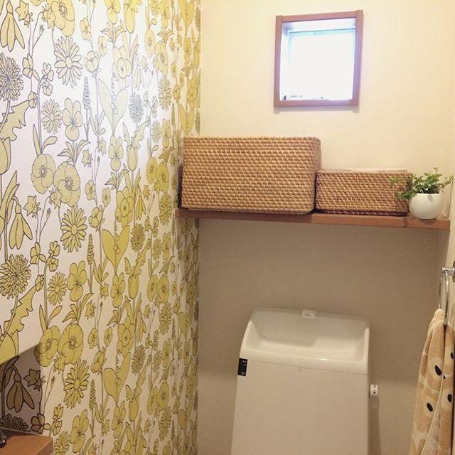 北欧風の壁紙とラタンの素敵なトイレ事例