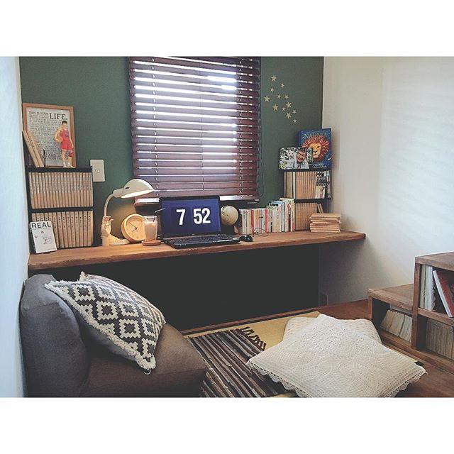 深緑の壁紙のヴィンテージな書斎