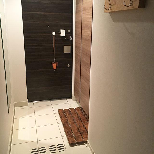 靴箱前にスノコを置いた便利な玄関