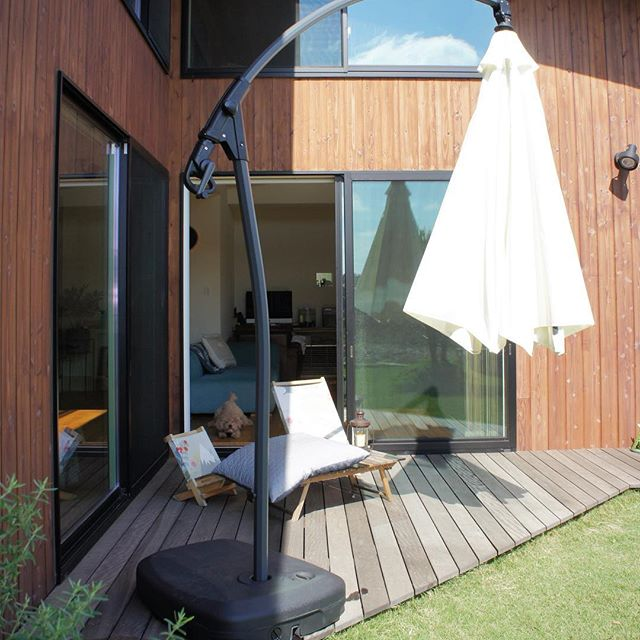 南国風の庭にガーデンパラソルを設置