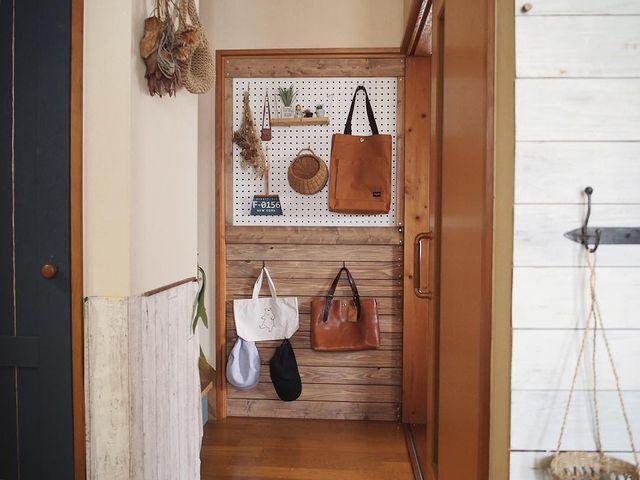 廊下の壁一面を便利な収納スペースとして活用