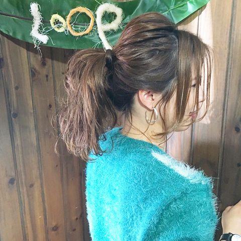 外巻きの後れ毛がおしゃれなポニーテール