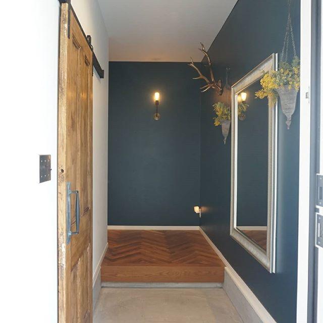 ダークグリーンな壁がおしゃれな玄関