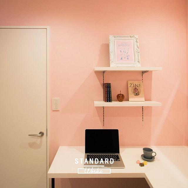 サーモンピンク×ホワイトの書斎