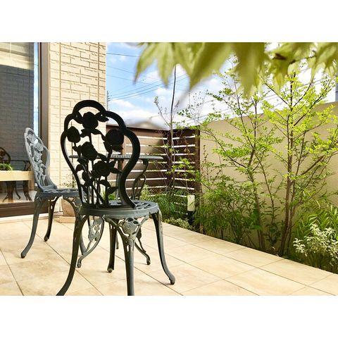 南国風の庭に南欧風ガーデンテーブルを置く