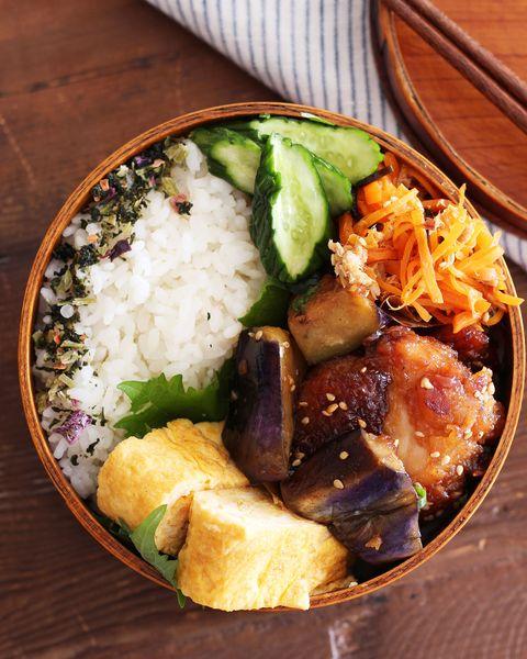お弁当、なす、卵焼き、きゅうり、人参、から揚げ、ご飯。