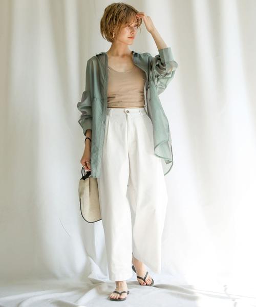 シースルービッグシャツ×白ワイドパンツ