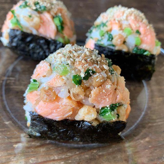 人気レシピ!鮭と天かすと菜っぱのおにぎり