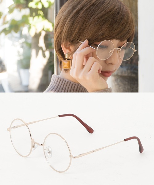 シンプルコーデに温かみを添えるメガネ