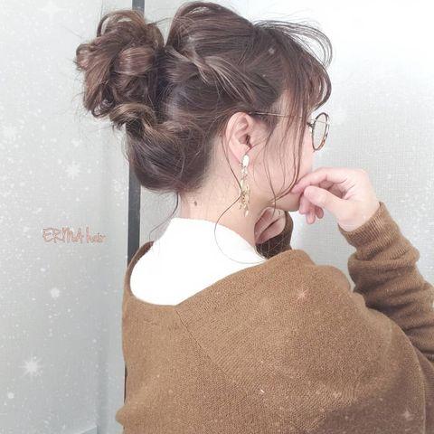 ハイライトの毛束が映えるセミロングのお団子