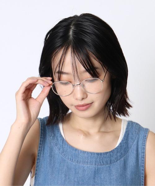 シルバーフレームがクールな表情を演出するメガネ
