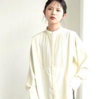 白バンドカラーシャツでクリーンな装いを。季節の変わり目に使えるお手本コーデ