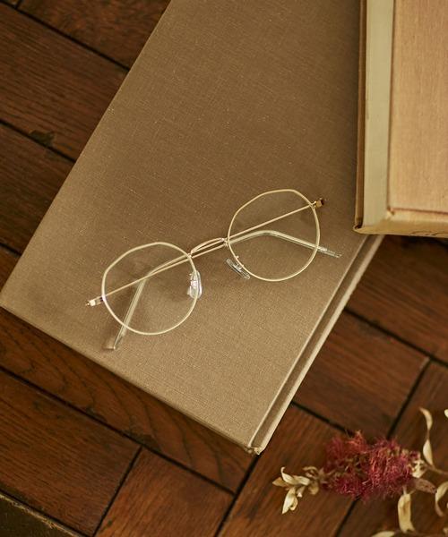 コーデ力万能な人気の白フレームメガネ