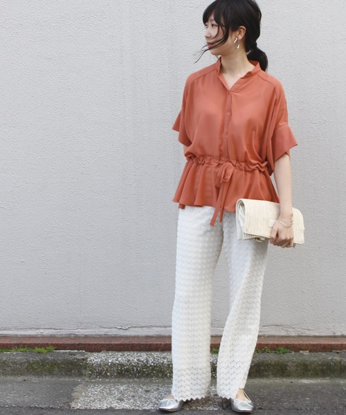 オレンジシースルーブラウス×白パンツ