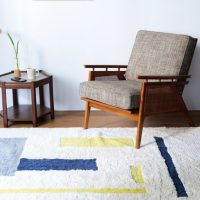 モノトーンは卒業!カラフルな家具や小物を取り入れて大人カラフルインテリアに。
