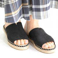 夏は足元からおしゃれしよう。黒サンダルコーデで見せる、バランス◎な着こなし術