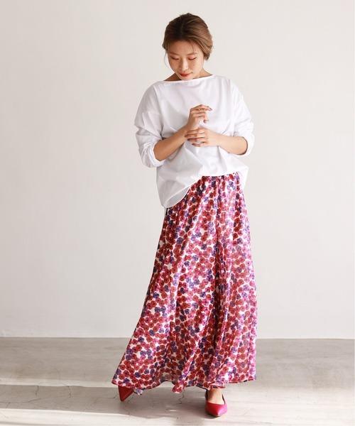 花柄スカート×白トップス×パンプス