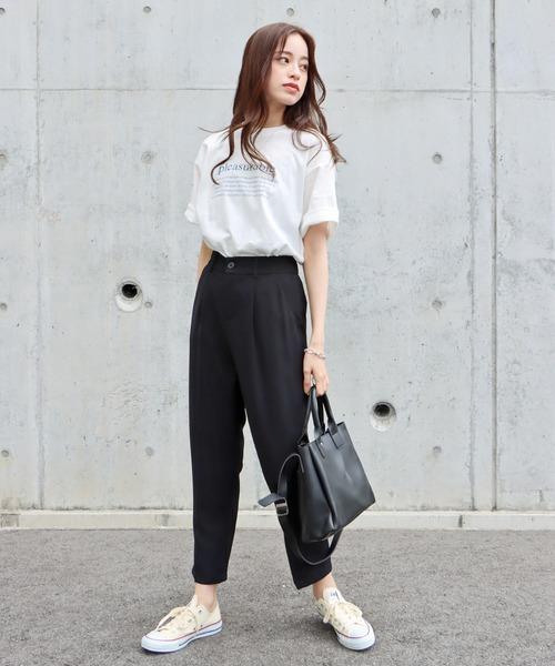 黒センタープレスパンツ×プリントTシャツ