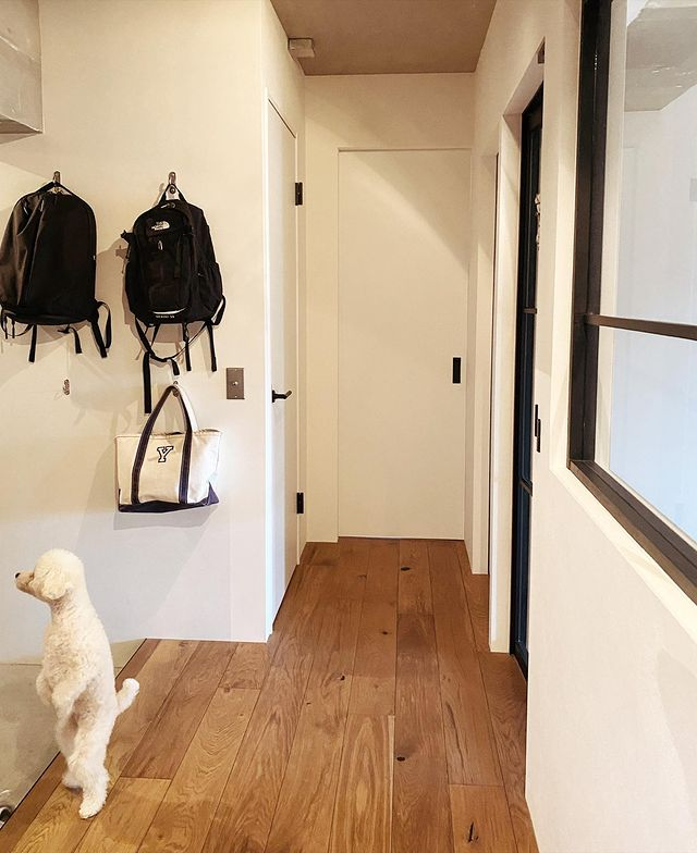 玄関にフックを取り付けた便利な収納実例