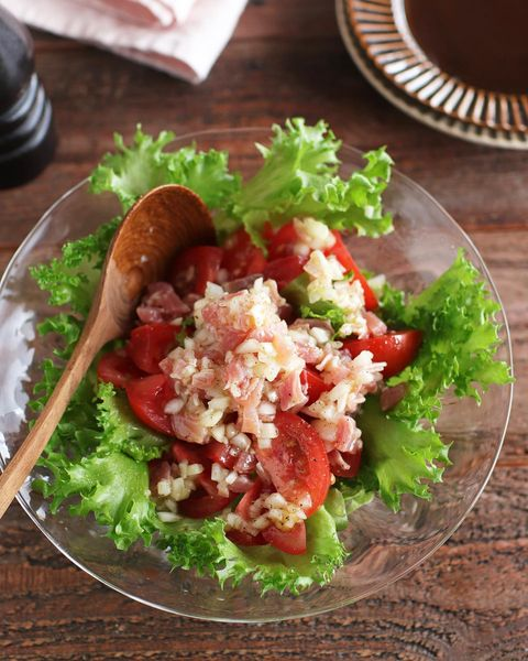 玉ねぎ、ハム、ドレッシング、トマト、サラダ。