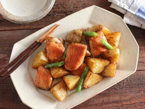 鮭、じゃがいも、さやいんげん、炒め