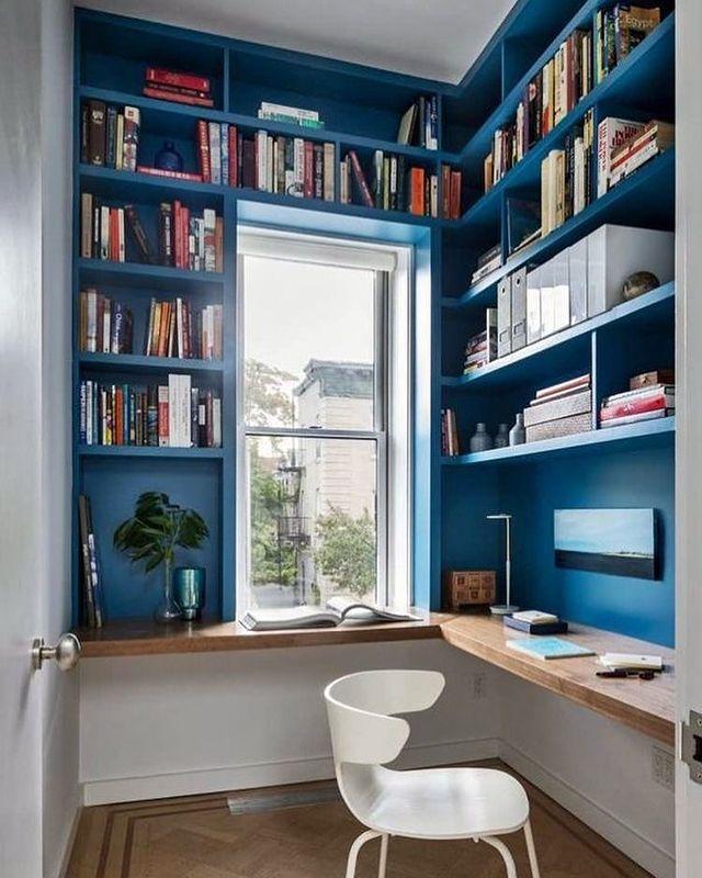 ブルーの本棚に囲まれた書斎部屋