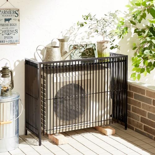 和モダンな庭のテイストを保つ室外機カバー