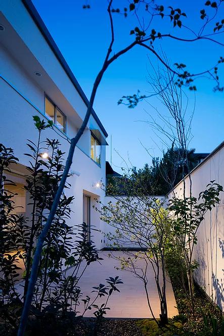 モダン住宅に調和するおしゃれな庭事例
