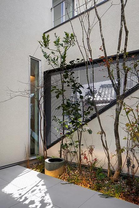 シンプルモダンな中庭の和テイスト庭デザイン