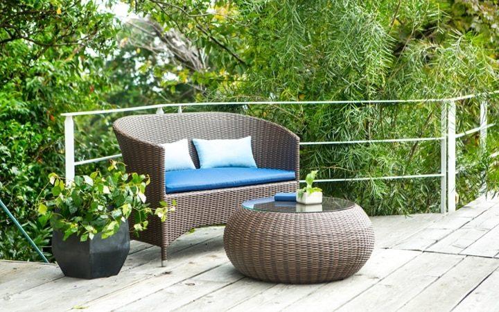 南国風の庭にゴージャスなソファを置いて寛ぐ