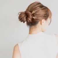 セミロングで作る大人のお団子ヘア。簡単&人気でこなれ感を出すおしゃれな髪型15選
