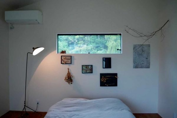 寝室の大きな窓