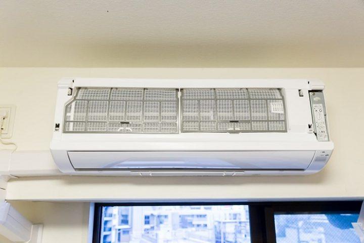 エアコンのカビ汚れの掃除方法とは?原因と内部の黒カビの取り方を解説