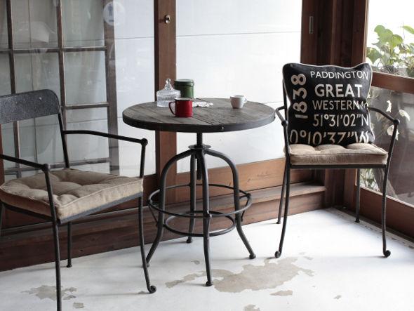 インダストリアルスタイルの昇降式テーブル