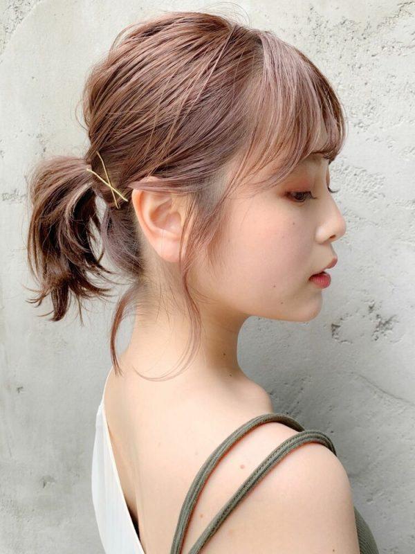 素朴な1本結びをおしゃれに見せる大人前髪
