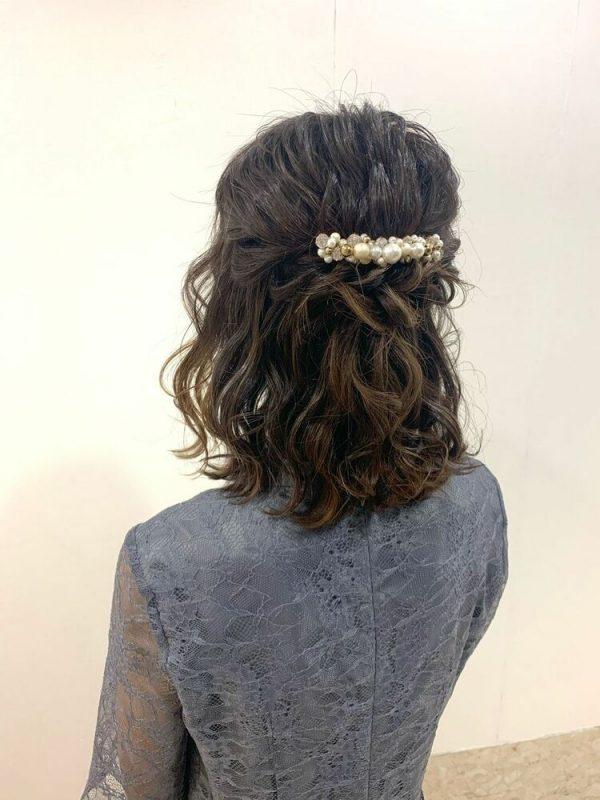 華やかな巻き髪の結婚式向けハーフアップ