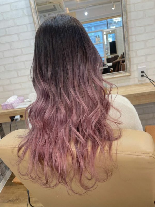 ロングヘアに似合う紫のグラデーション