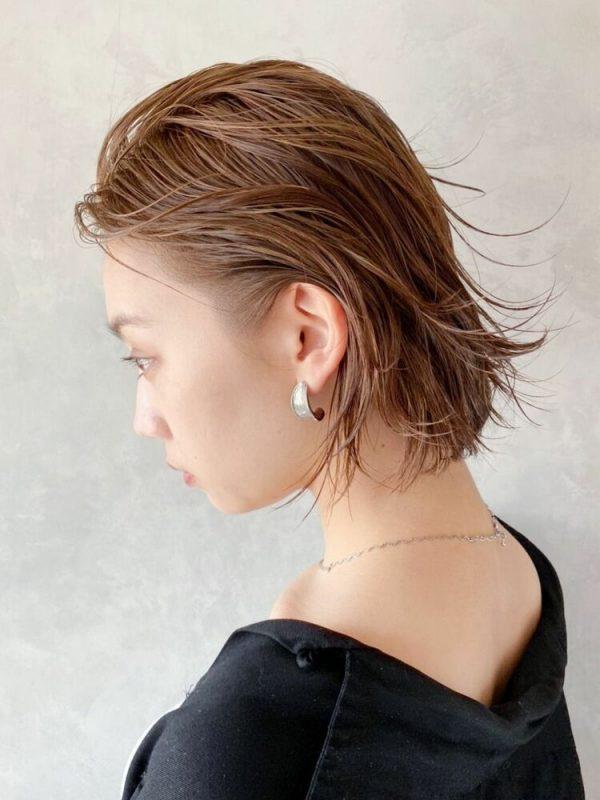 ウェットヘアで作る女性向けオールバック