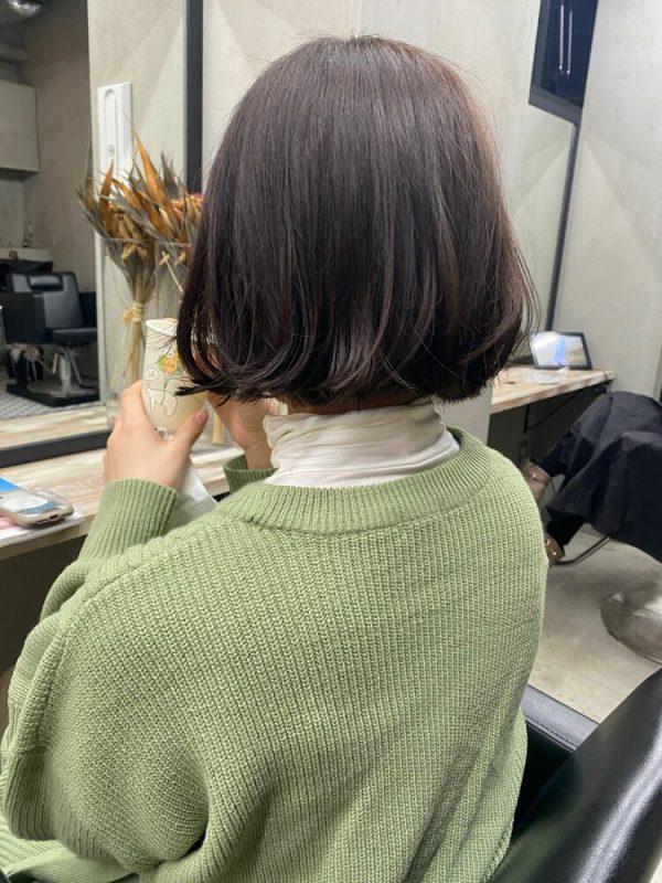 最新の表面外ハネの大人ショートアレンジヘア