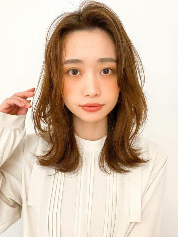 かっこいいかきあげ前髪ミディアムの髪型