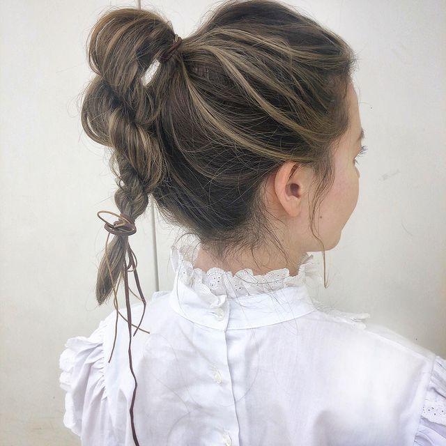 ポニーテールをねじった前髪なし×まとめ髪