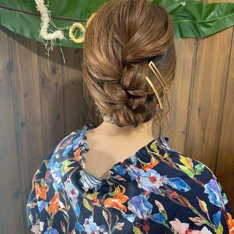 すっきりまとめた編み込みのクールヘア