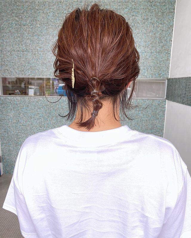 細く結んでまとめた前髪なし×まとめ髪