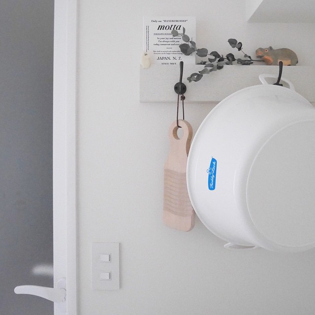 フックをつけて洗濯ツールを引っ掛けたアイデア