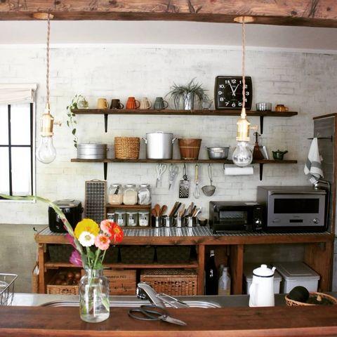 背面にオープン棚を配置したI型対面キッチン