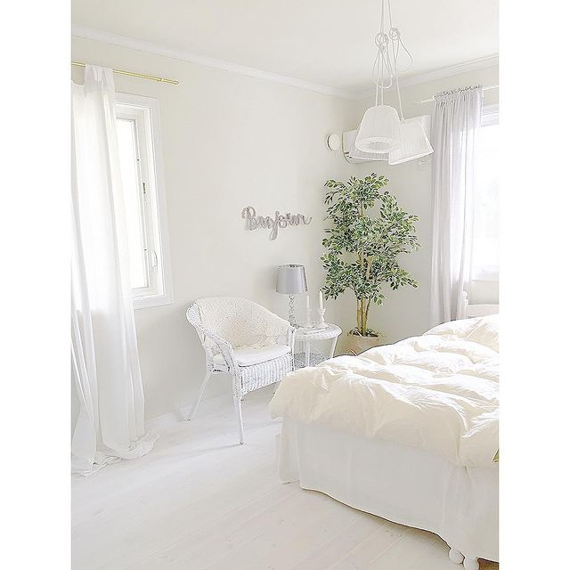 人気のホワイトインテリアで統一した寝室レイアウト