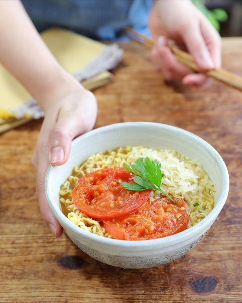 8月の献立に!簡単な焼きトマチーズカレー麺