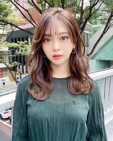 韓国トレンドで前髪ありの波ウェーブミディアム