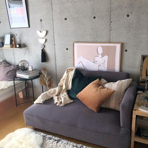 ラベンダー色のソファ