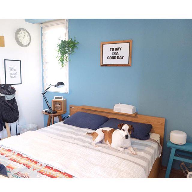 水色のアクセントクロスがおしゃれな寝室